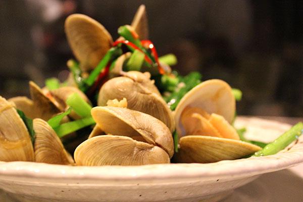 青山シャンウェイ 貝とニラの炒めもの