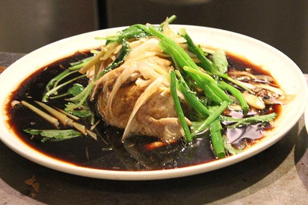 国産ハーブ鶏使用、ホロリと柔らかい蒸し鶏。