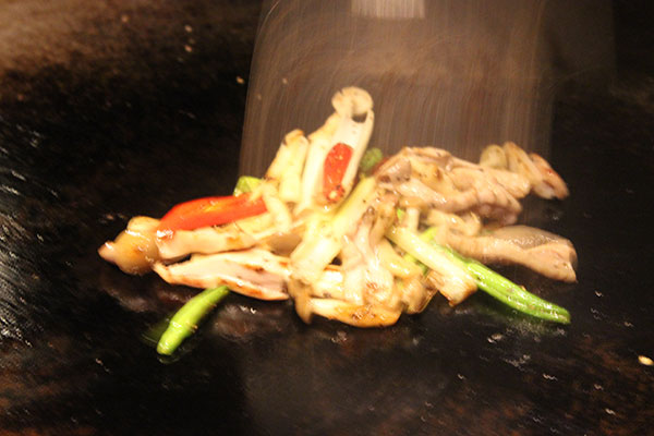 豚ガツと季節野菜の鉄板中華