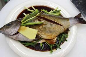魚の上にのこりのネギ・生姜をチラシ、合わせ調味料を回しかけます。