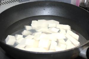 豆腐の型崩れを防ぐためにボイルします。