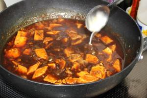 豆腐に味がついたら水溶き片栗粉でトロミをつけます