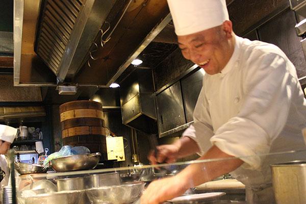 お客様の目の前で鉄板調理。