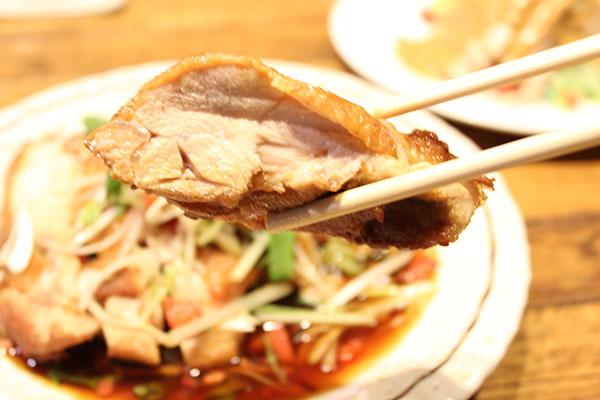 ブ厚い鶏もも使用の油淋鶏。